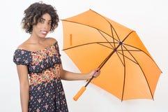 拿着伞的年轻微笑的妇女开放在演播室 图库摄影