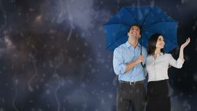 拿着伞的愉快的夫妇在雨下 股票视频