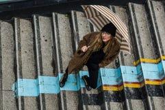 拿着伞的时髦女孩 免版税库存照片