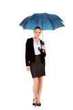 拿着伞的白肤金发的女商人 免版税库存图片
