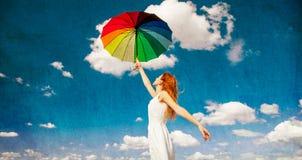 拿着伞的红头发人女孩 免版税库存照片
