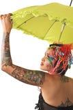 拿着伞的美丽的减速火箭的妇女。 库存照片