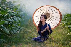 拿着伞的老挝人妇女 库存照片