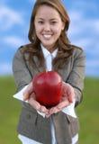 拿着俏丽的妇女的苹果 免版税库存图片