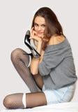 拿着俏丽的鞋子的女孩 库存图片