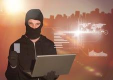 拿着信用卡和使用在数字式背景前面的黑客一台膝上型计算机 库存图片