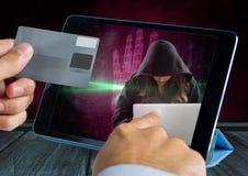 拿着信用卡和接触有一位妇女黑客的手一种片剂在屏幕上 库存照片