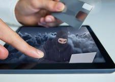 拿着信用卡和接触有黑客的n的手一种片剂屏幕 免版税库存图片