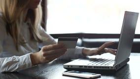 拿着信用卡和键入在膝上型计算机,网络购物的夫人在网商店 影视素材