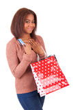 拿着信用卡和购物袋的美丽的非洲妇女 库存图片