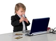 拿着信用卡的一个小的小女孩(男孩) 免版税库存照片