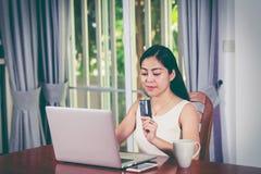 拿着信用卡的亚裔妇女 在线购物概念 交叉 图库摄影