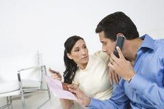 拿着信用卡的夫妇 免版税库存图片