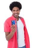 拿着信用卡的愉快的人 免版税库存图片
