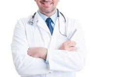 拿着信用卡的医生或军医 免版税库存照片