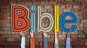 拿着信件圣经的小组手 免版税图库摄影