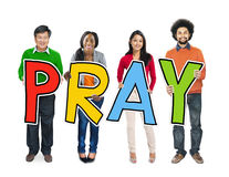 拿着信件的不同种族的人祈祷 免版税图库摄影