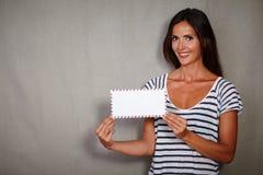 拿着信件的吸引人妇女,当微笑时 免版税库存图片