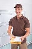 拿着信件的邮差 免版税图库摄影