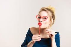 拿着假嘴唇和镜片在棍子的愉快的妇女 库存照片