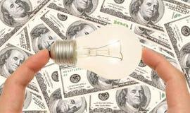 拿着光的电灯泡手指 免版税库存照片