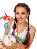 拿着兔子篮子的复活节样式的妇女 免版税图库摄影