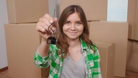 拿着关键房子的愉快的少妇塑造了keychain 股票视频