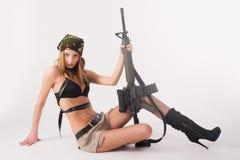 有步枪的可爱的妇女 库存照片