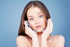 拿着冰块的年轻健康妇女 温泉Skincare概念 库存图片