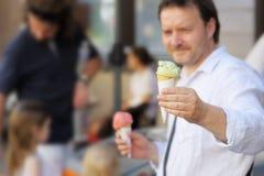 拿着冰淇凌的人 库存图片