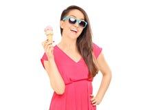 拿着冰淇凌的凉快的少妇 库存照片