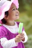 拿着冰的奶油色女孩一点 免版税库存照片