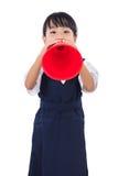 拿着减速火箭的扩音机的亚裔中国矮小的小学女孩 免版税库存照片