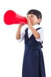 拿着减速火箭的扩音机的亚裔中国矮小的小学女孩 免版税图库摄影