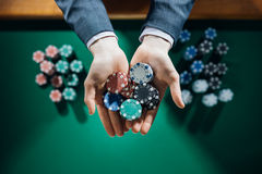 拿着几块芯片的赌博娱乐场playes 免版税库存照片