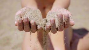 拿着几海滩沙子的少妇 股票视频
