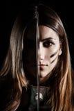 拿着刀子的妇女在她的面孔中部  免版税库存照片