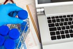拿着分析的管测试和labo的工作表研究员 库存图片