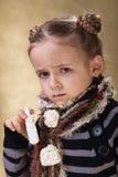 拿着前飞破片的小女孩 库存照片