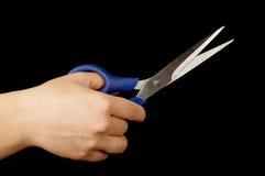 拿着剪刀的女性手被隔绝 免版税库存图片