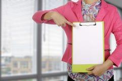 拿着剪贴板的女实业家在会议室 库存照片