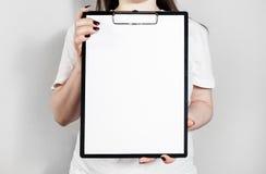 拿着剪贴板的妇女 免版税图库摄影