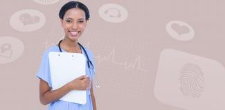 拿着剪贴板的微笑的女性外科医生的综合图象 库存照片