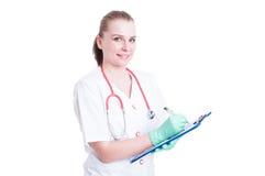 拿着剪贴板的快乐的妇女医生或外科医生和写道 免版税库存照片