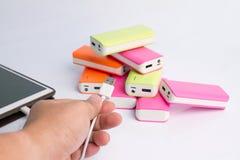 拿着力量银行的手USB端口 免版税库存照片