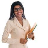 拿着办公室文件文件的印地安女实业家。 免版税图库摄影