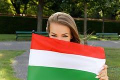 拿着匈牙利旗子的少妇在公园 库存照片