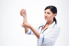 拿着化工玻璃器皿的医生 免版税图库摄影