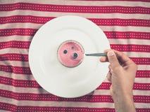 拿着匙子用酸奶的男性手 图库摄影