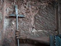 拿着十字架的埃赛俄比亚的修士手中 免版税库存图片